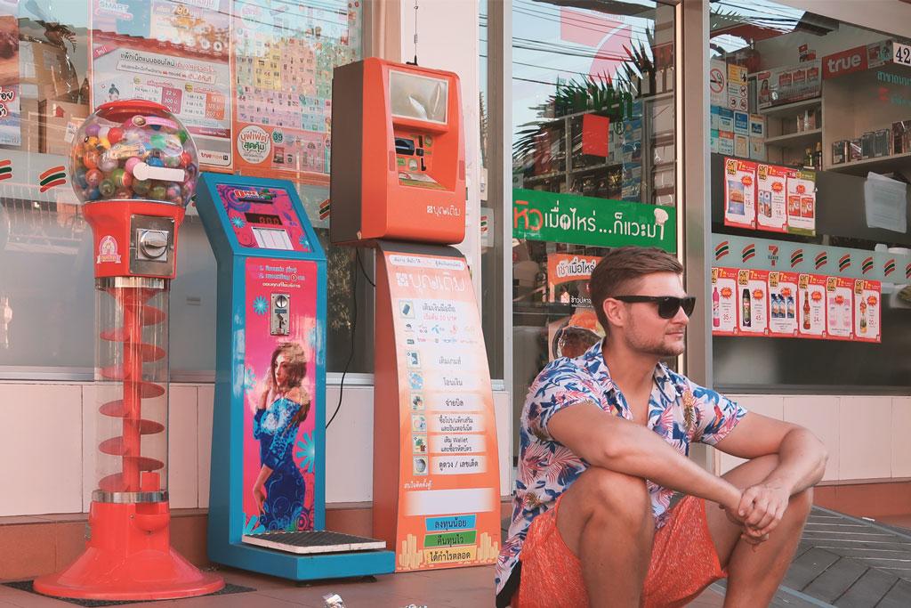 Bangkok Reisetipps - Kevin vor einem 7eleven
