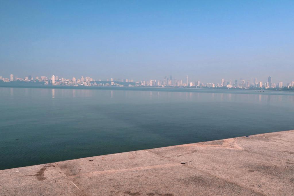 Mumbai Sehenswürdigkeiten - der Marine Drive am Tag