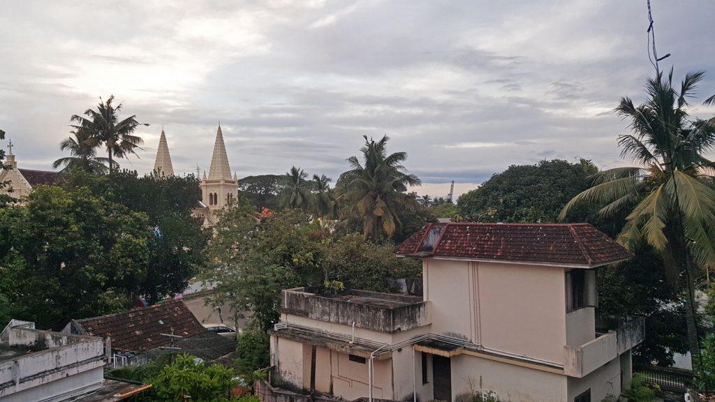 Yogastunde auf dem Dach des Kathakali Centers - likeontravel