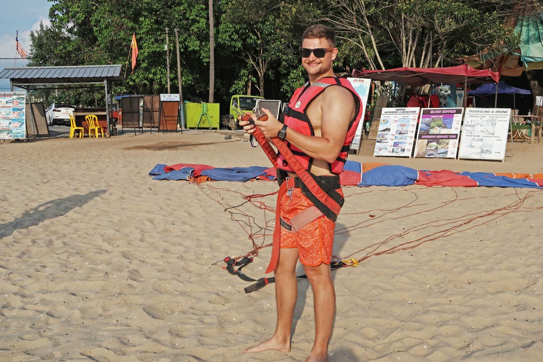 Parasailing am Strand von Langkawi