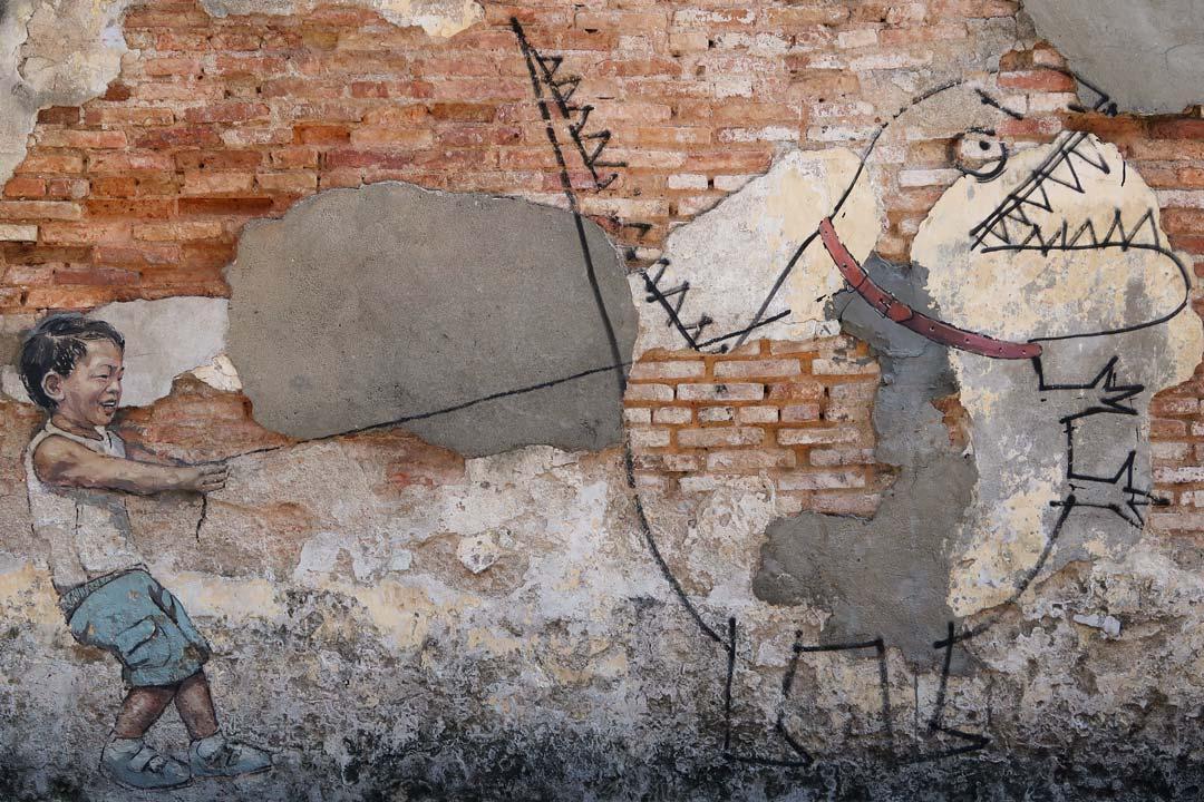 Streetart - Junge mit einem Monster an der Leine von Ernest Zacharevic