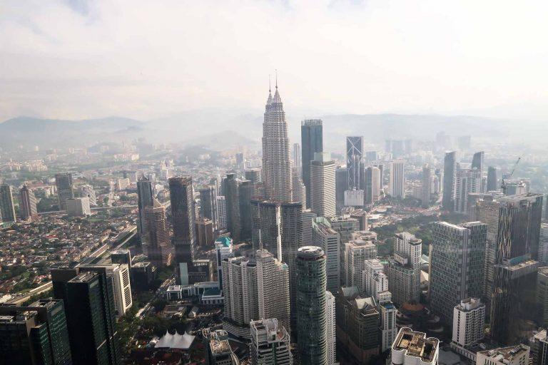 Der 360° Panoramablick, mit den Petronas Towers, vom Menara KL in Kuala Lumpur