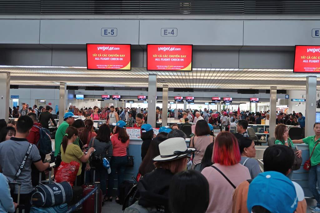Check In Schlange am Flughafen - likeontravel