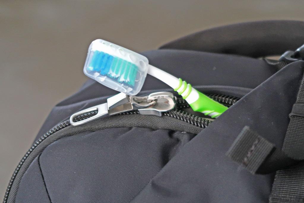 Zahnbürste im Handgepäcksrucksack bei einer Weltreise -likeontravel
