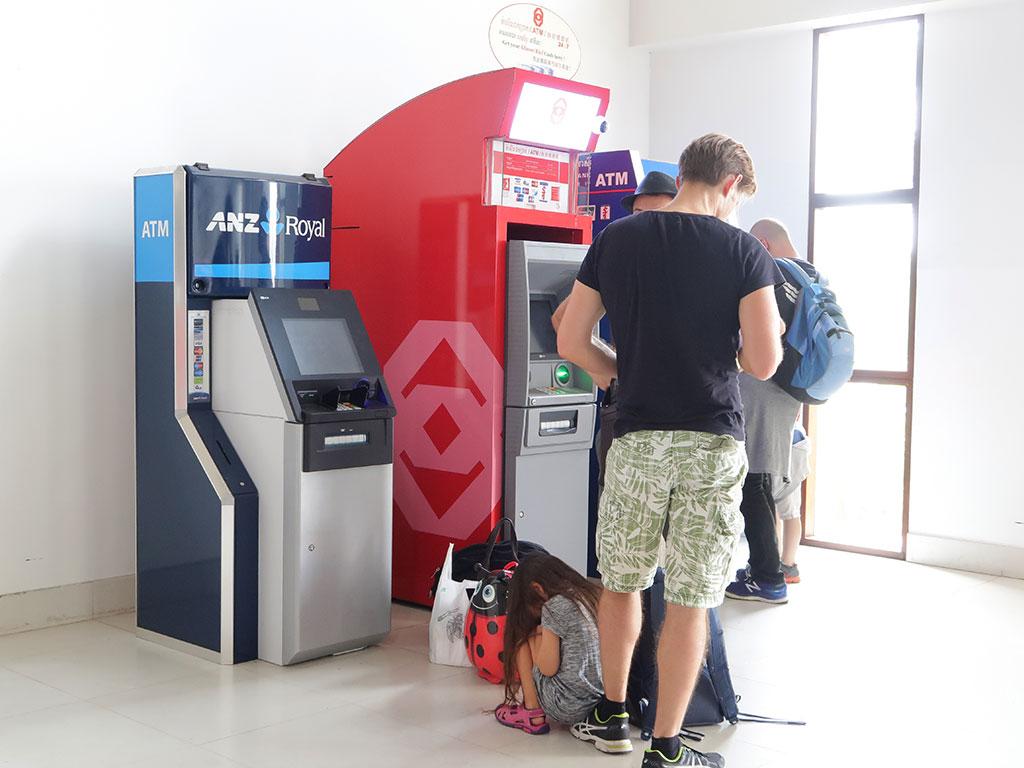 Zwei Geldautomaten stehen für alle ankommenden Touristen am Flughafen von Siem Reap bereit