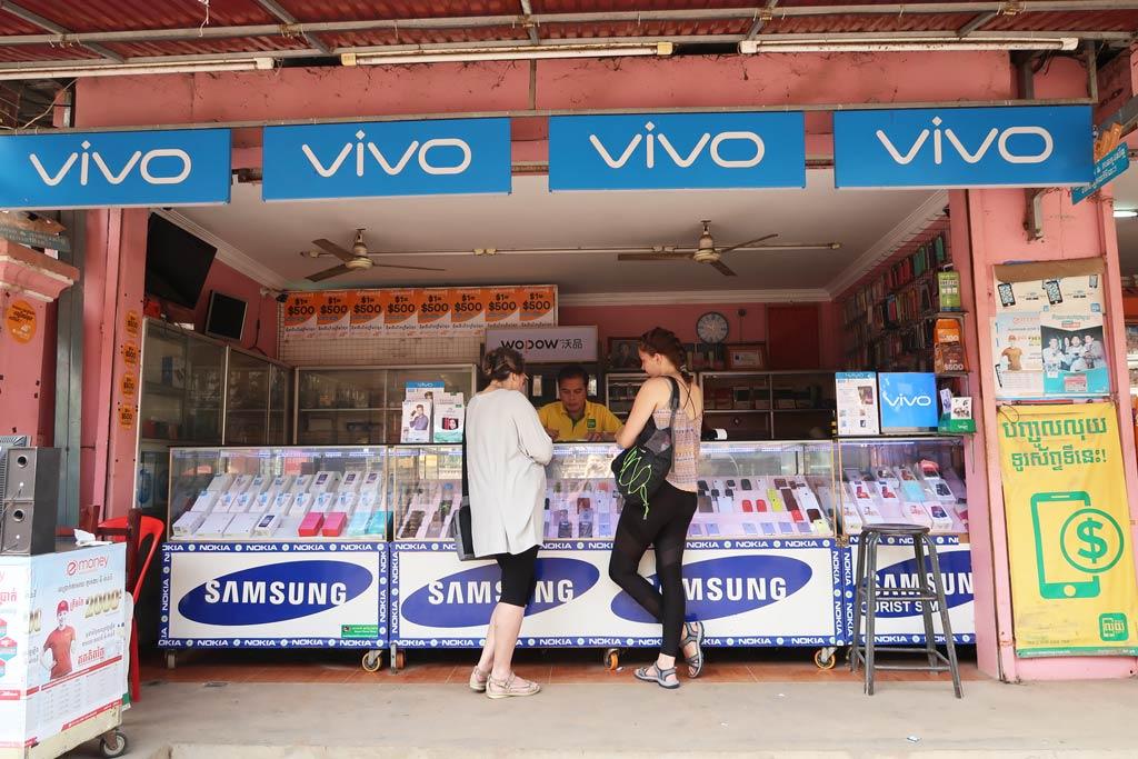 Ein typischer Handyladen mit verschiedenen Simkarten in Kambodscha