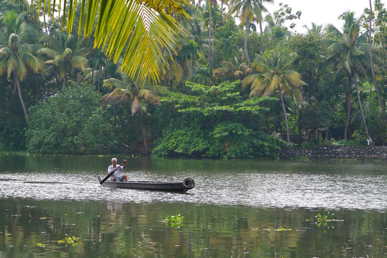 Backwaters Tour in Kerala - Holzboot im Wasser - likeontravel
