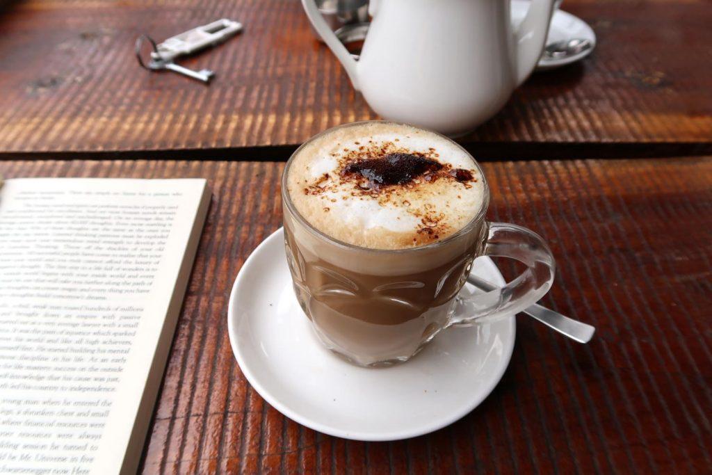 Kaffee im Buchladen von Fort Kochi - likeontravel