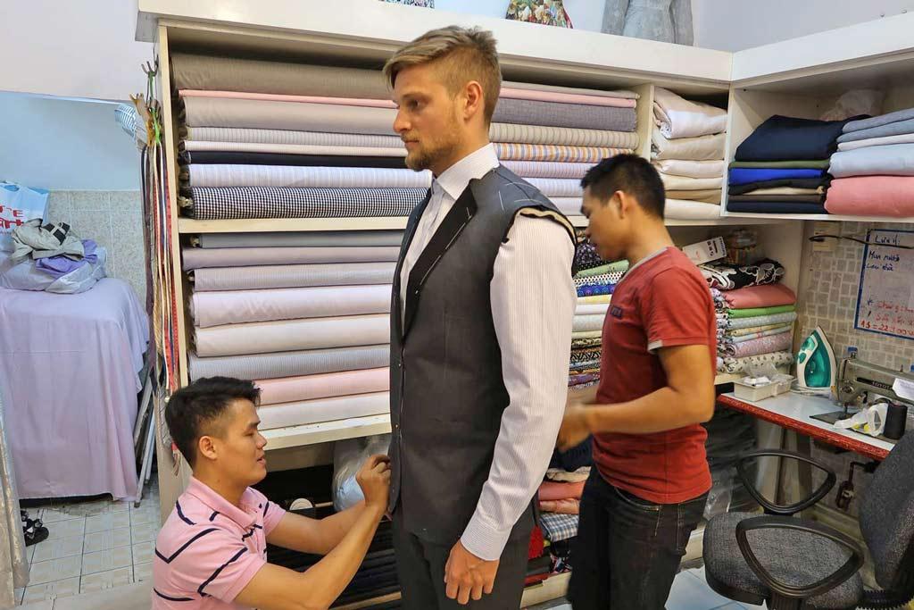 Erste Anprobe beim Schneider PhiPhi Tailor in Ho Chi Minh City