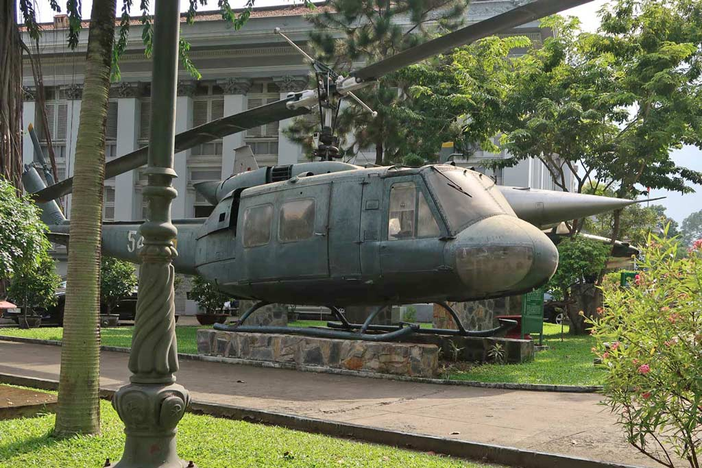 Kriegshubschrauber im Hof des War Remnants Museum - likeontravel