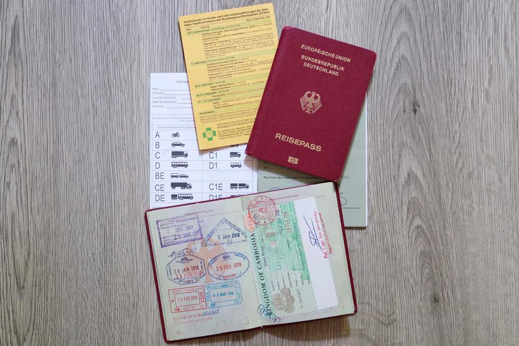 Weltreise Dokumente: Reisepass mit Visum, Impfpass internationaler Führerschein