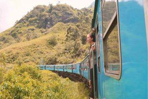 Sri Lanka Zugfahrt - aus dem fahrenden Zug hängen