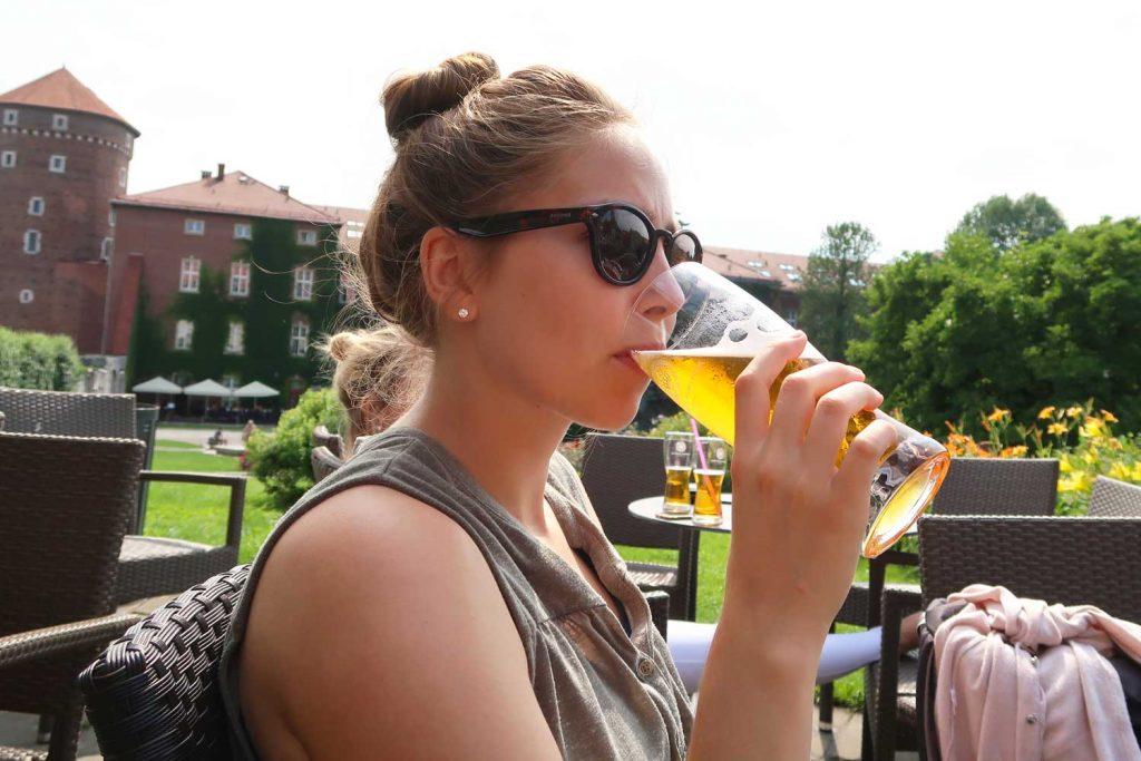 Polnisches Bier gehört bei einem Aufenthalt in Krakau einfach dazu! #polen #krakau #bier #topthingstodo