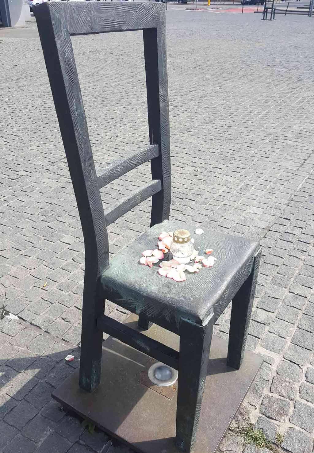 Auf dem Platz der Helden des Ghettos stehen 70 Metallstühle, die an das dunkelste Kapitel des Landes erinnern. #polen #krakau #geschichte #tipps #platzderghettohelden #platzderheldendesghettos #PlacBohaterówGetta