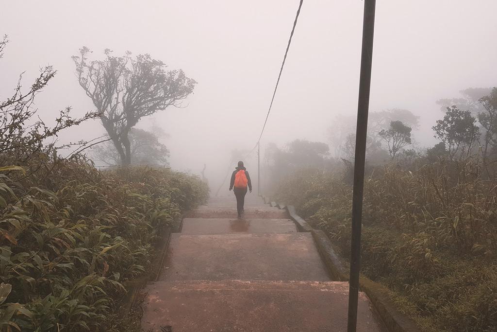 Nasskaltes Wetter während der Adams Peak WanderungNasskaltes Wetter während der Adams Peak Wanderung