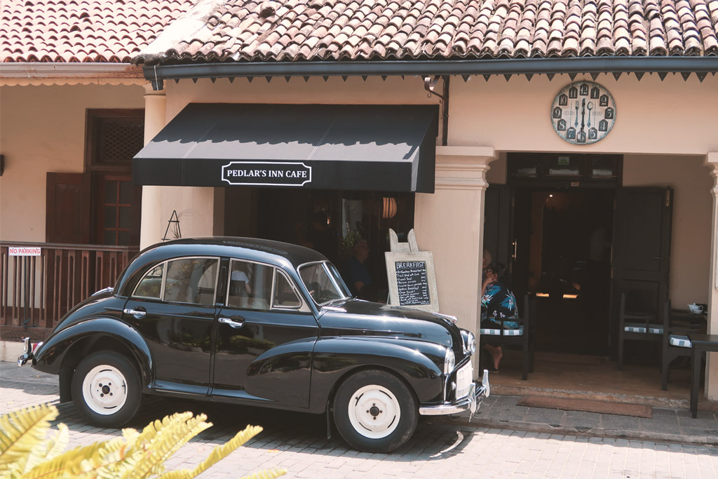 Oldtimer vor dem Pedlars Inn Cafe in Galle Fort