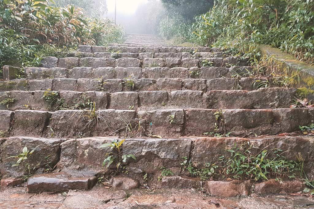 Stufen hoch zum Adams Peak in Sri Lanka