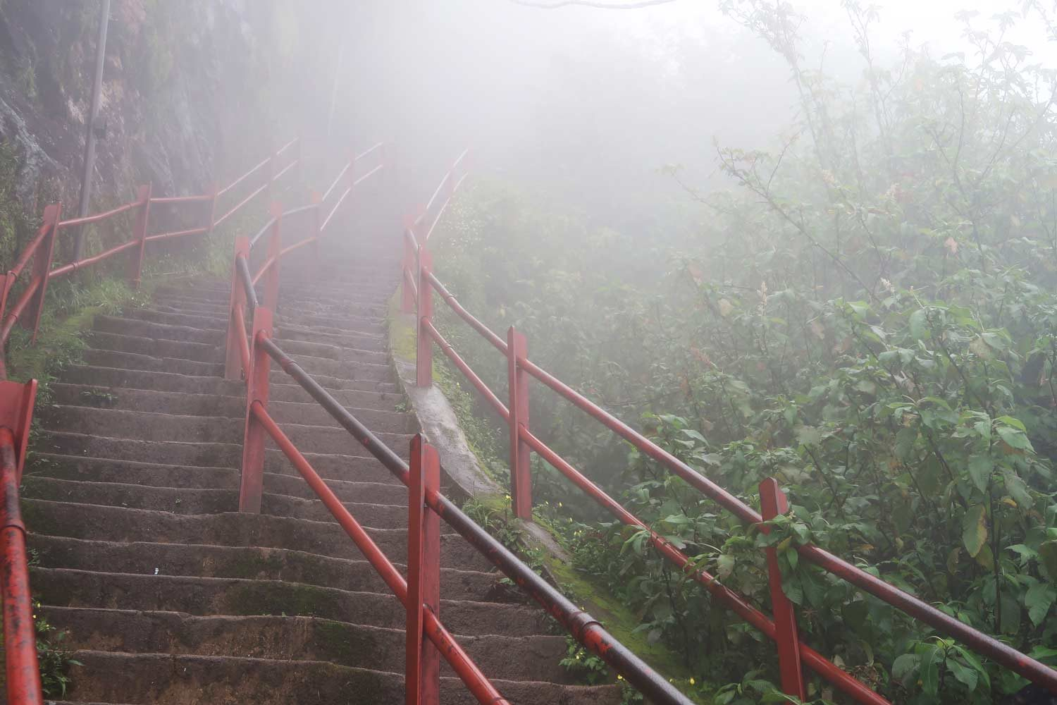 Treppe des Adam's Peak in Sri Lanka bei Nebel