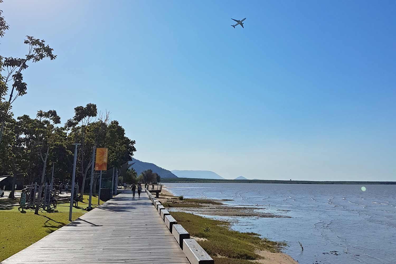 Boardwalk in Cairns bei Ebbe