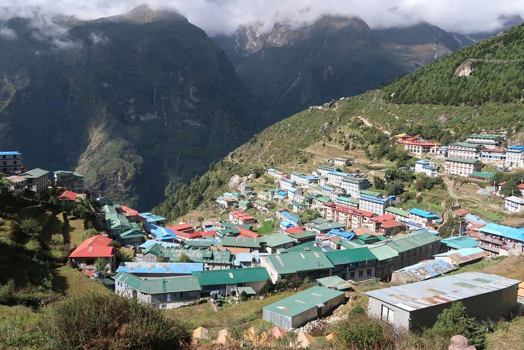 Namche Bazaar von oben - das Amphitheater auf dem Everest Base Camp Trek - Likeontravel