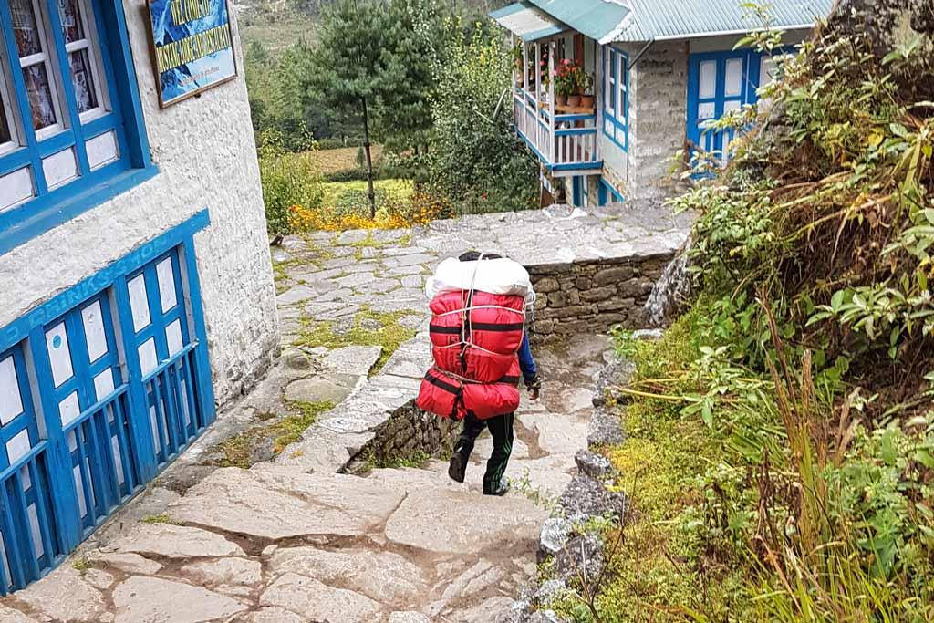 Schwer beladene Porter in Nepal