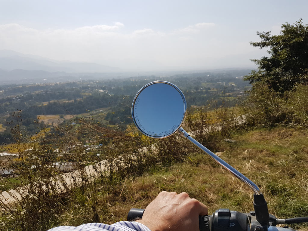 Blick über Kathmandu mit Royal Enfield Spiegel
