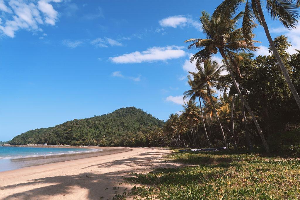 Der paradiesische Strand von Bingil Bay in Queensland, Australien