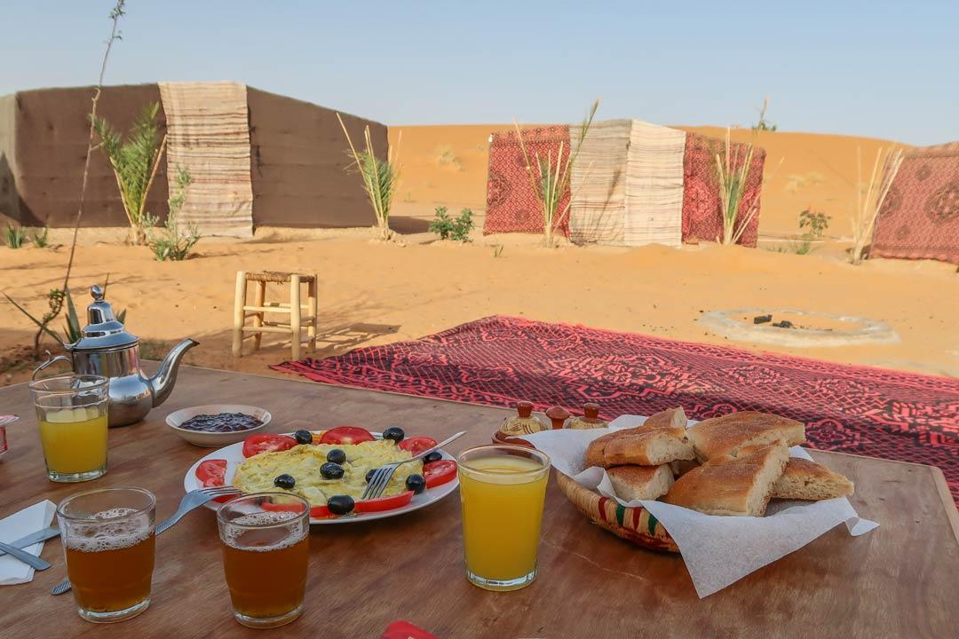 Frühstück bei einer Sahara Tour
