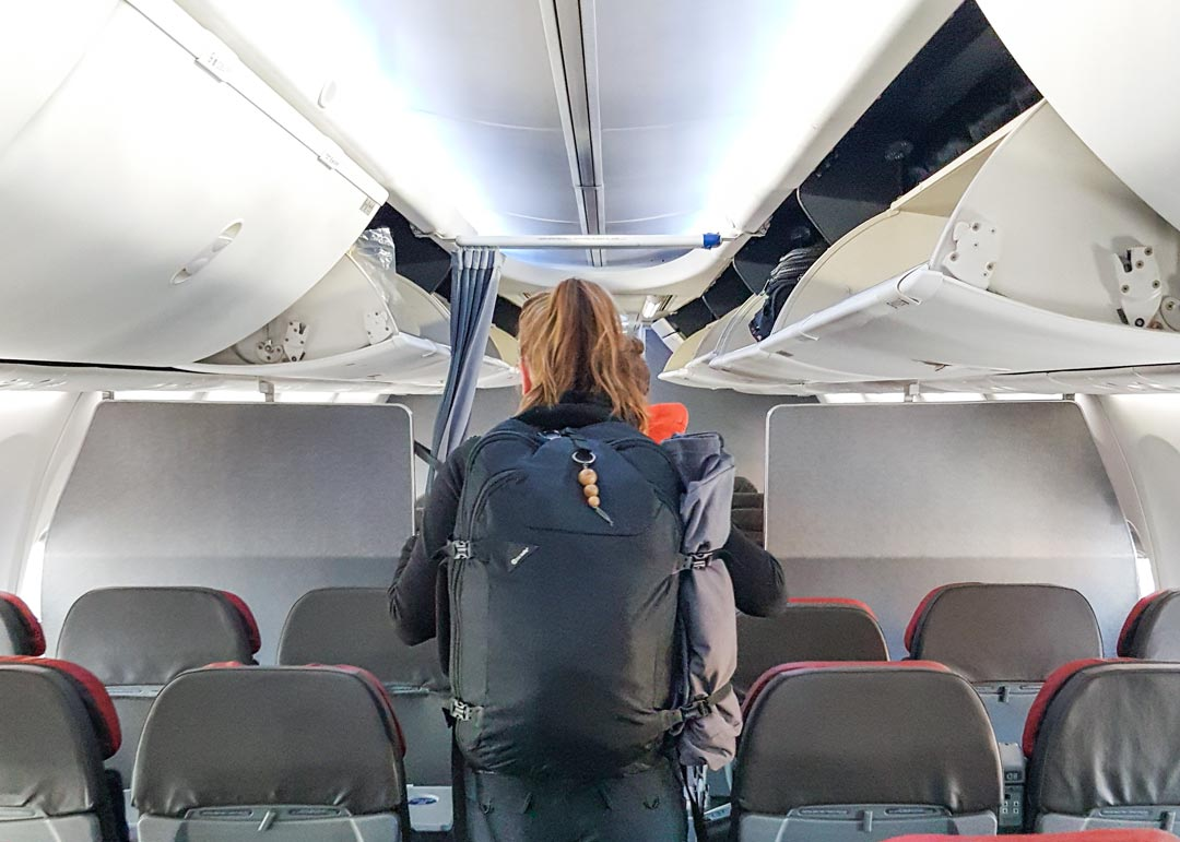 Handgepäck Rucksack im Flugzeug