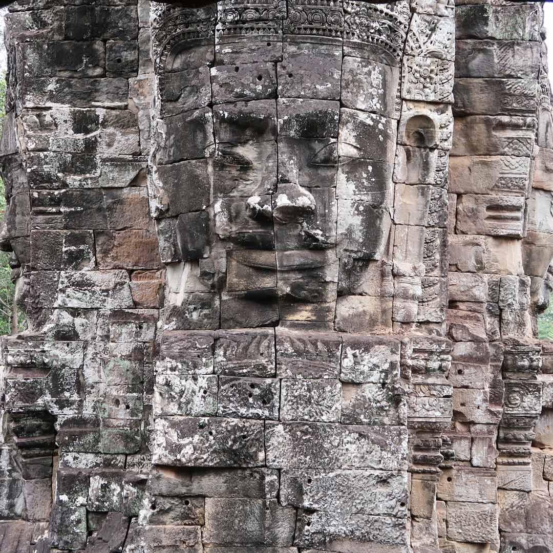 Dutzende Säulen bilden den Bayon Tempel im Angkor Park