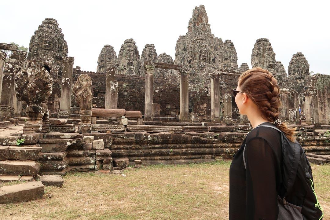 Der Bayon Tempel mit seinen vielen Säulen und Gesichtern