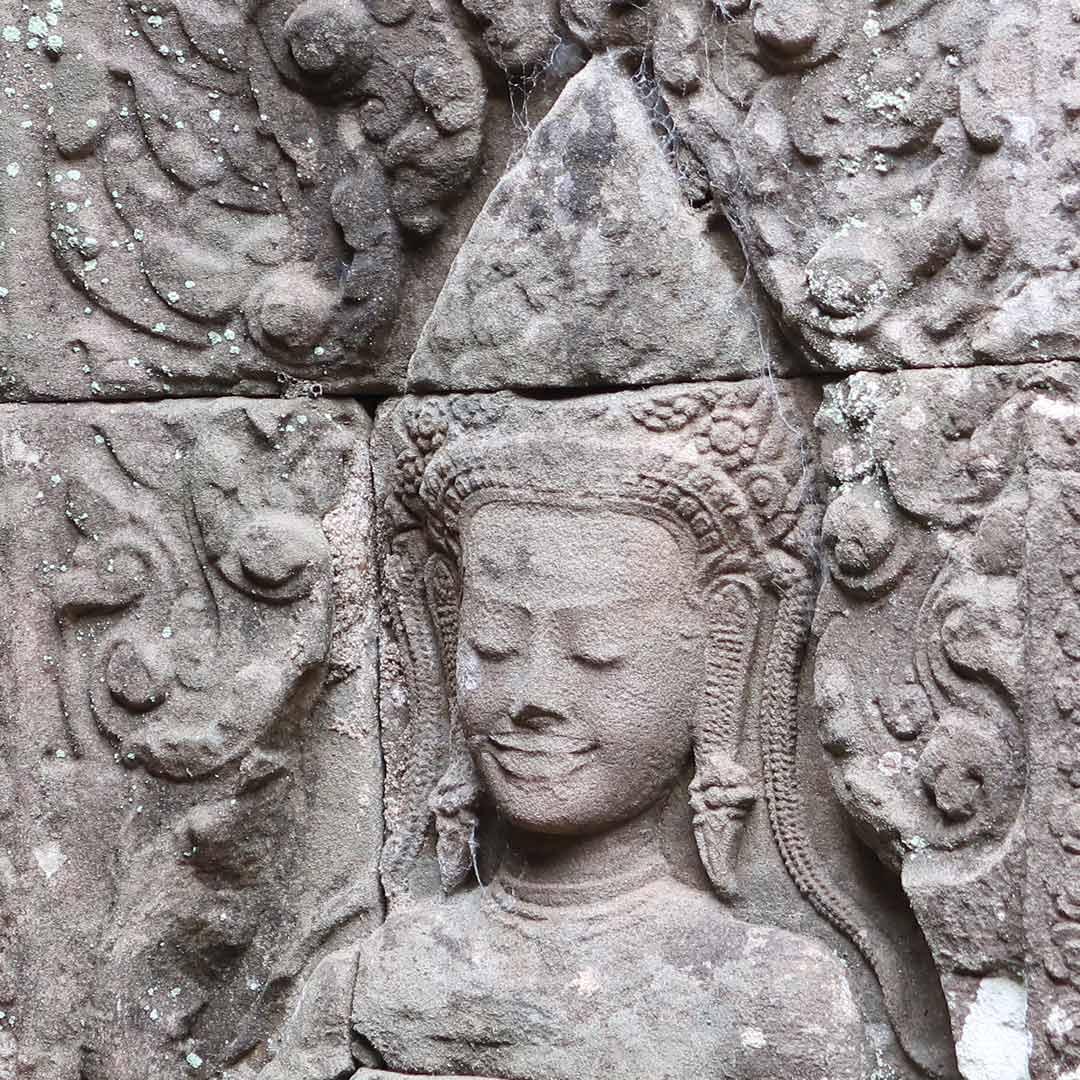 Wunderschöne Verzierungen an den Tempelwänden im Angkor Park, Kambodscha