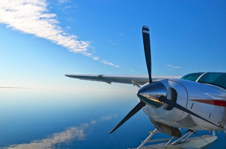 Ein Helikopter fliegt über das Great Barrier Reef