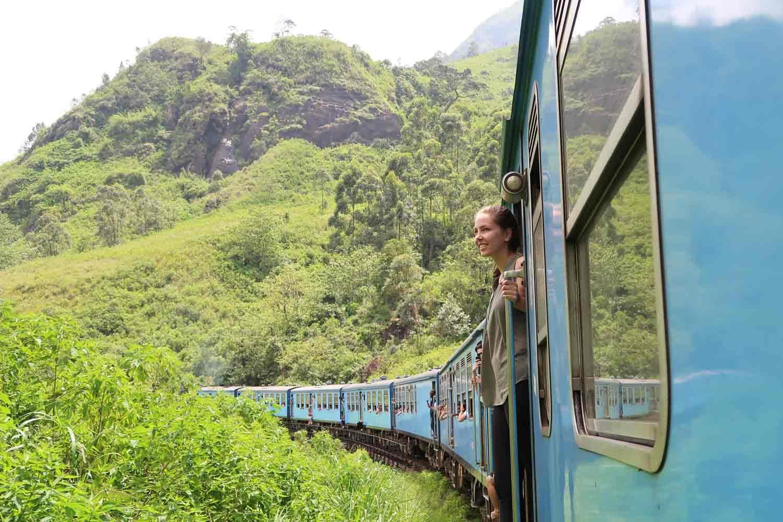 Zugfahrt von Kandy nach Ella in Sri Lanka - aus dem Zug lehnen - Weltreise Highlights
