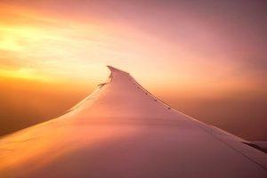 Sonnenuntergang aus der Flugzeug Sicht auf die Tragfläche
