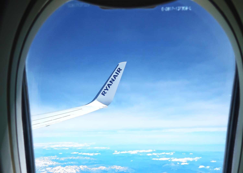 Wie findet man günstige Flüge - Ryanair Tragfläche