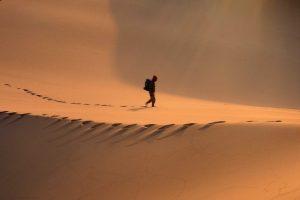 Marokko Individualreise   2-Wochen-Reiseroute auf eigene Faust - Mann in Wüste