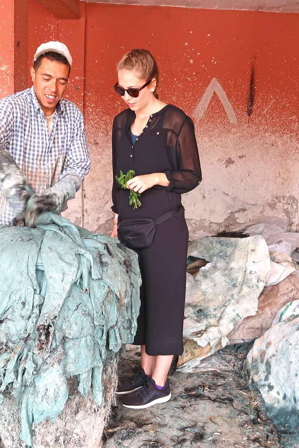 Frau in Gerberei in Marrakesch