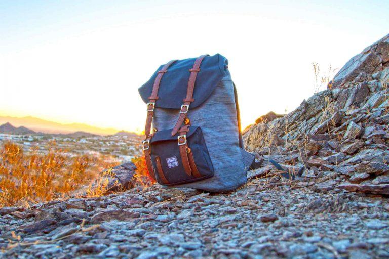 Rucksack in der Wildnis