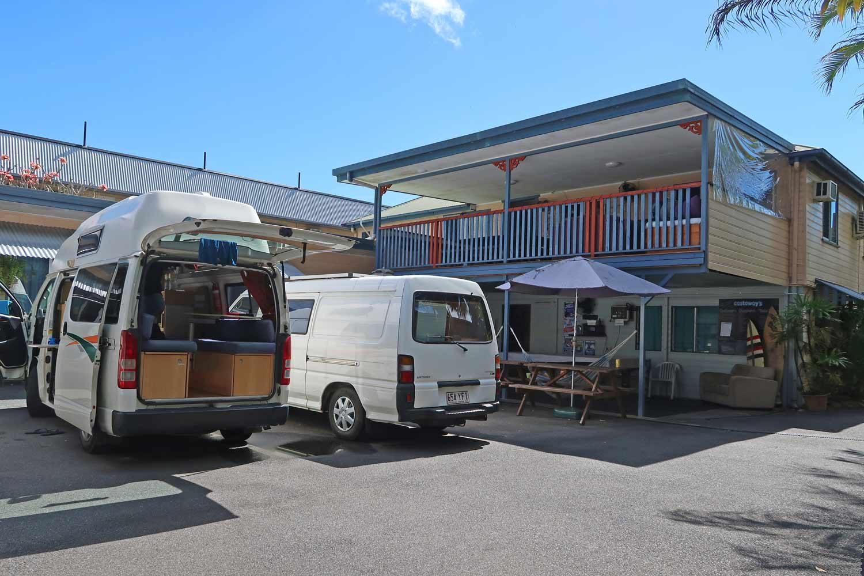 Hippie Campervan vor einem Hostel