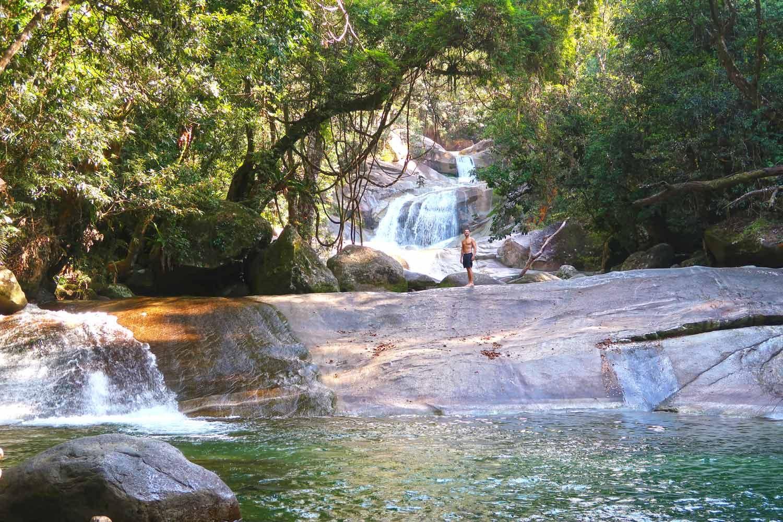 Mann vor den Josphine Wasserfällen in Australien