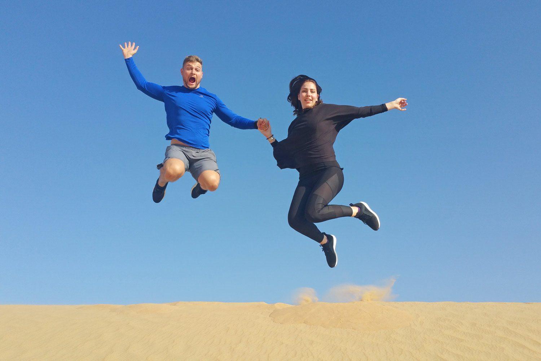Sprungbild in der Wüste von Dubai