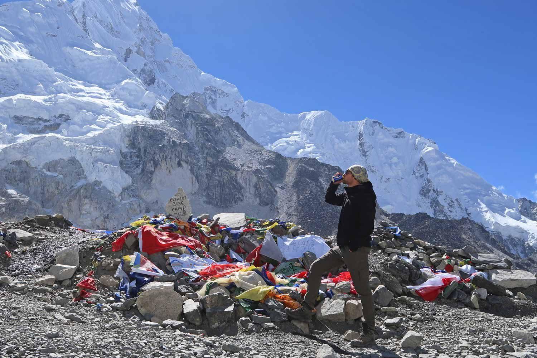 Bier trinken am Everest Base Camp Trek