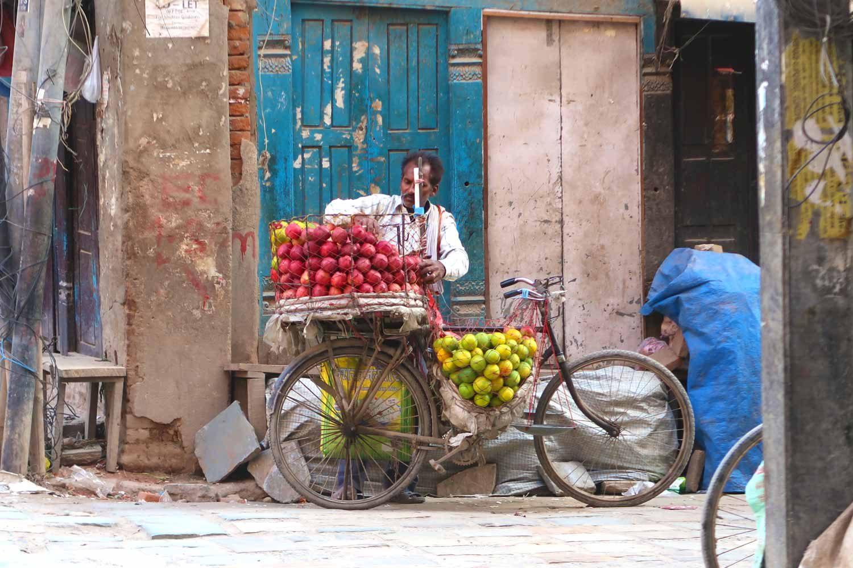 Obststand Verkäufer in Thamel Kathmandu