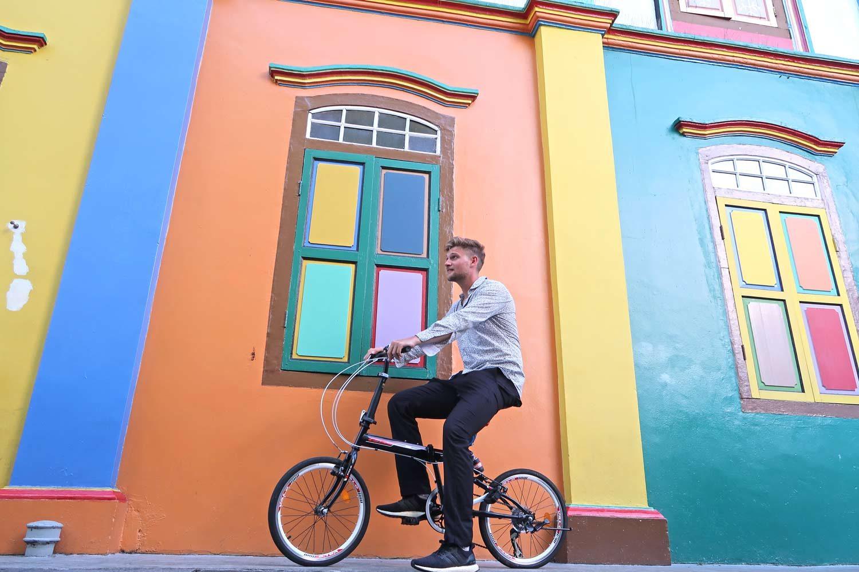 Mann auf Fahrrad in Little India in Singapur