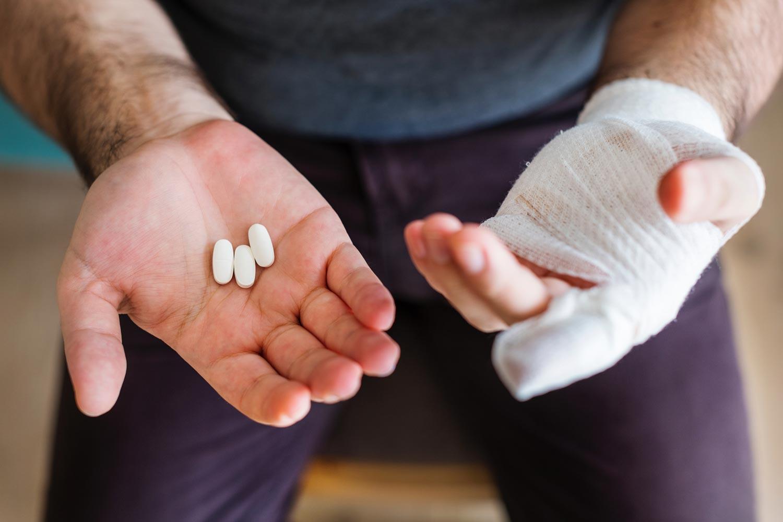 Eine Auslandskrankenversicherung sollte Behandlungen, Arzneimittel und einen Rücktransport beinhalten.