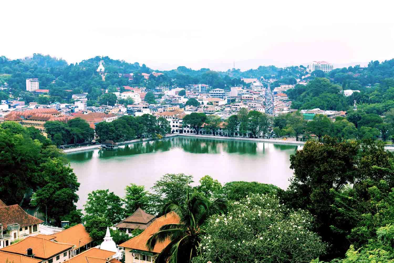 Die Stadt Kandy mit ihrem See von oben