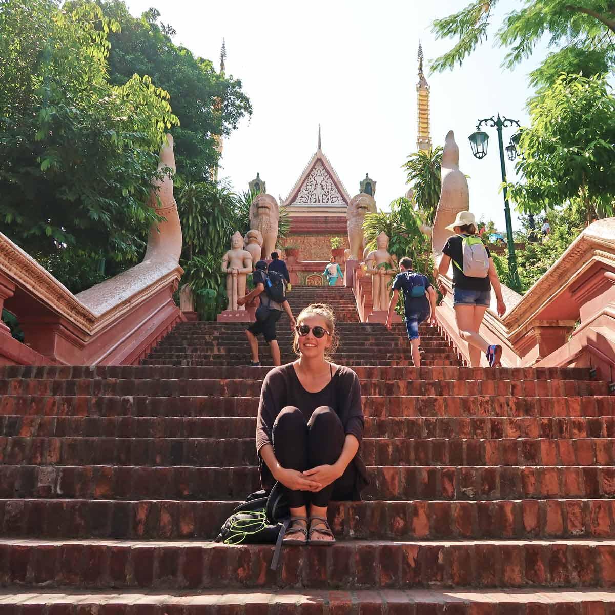 Linda in Phnom Penh vor einem Tempel