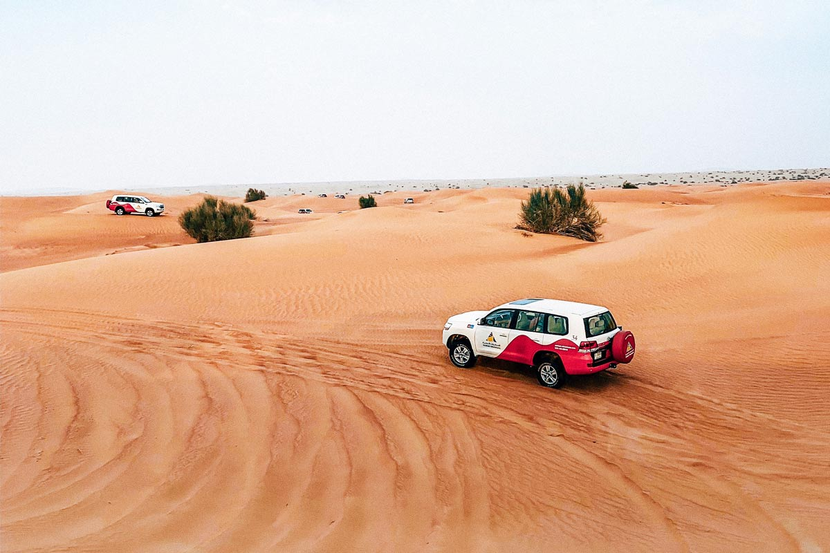 Dubai Rundreise - 5 gigantische Tage im Orient - Jeep in der Wüste von Dubai