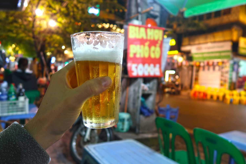 Hanoi Sehenswürdigkeiten - 10 Dinge, die du machen solltest - Bia Hoi auf der Barmeile